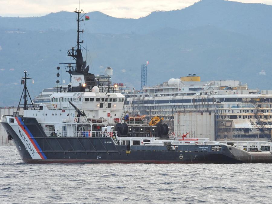 La nave da crociera  Costa Concordia nel porto di Voltri di Genova, Italia, 27 luglio 2014. ANSA/PAOLO ZEGGIO