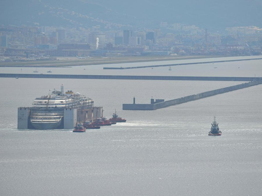 La nave da crociera  Costa Concordia nel porto di Voltri di Genova, Italia, 27 luglio 2014. ANSA/ LUCA ZENNARO