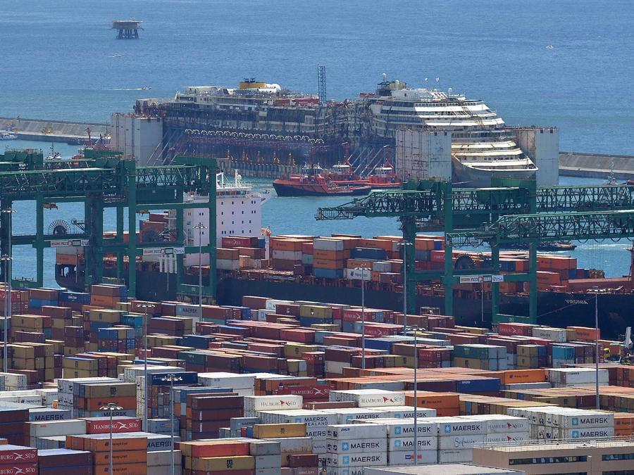 La nave da crociera  Costa Concordia nel porto di Voltri di Genova, Italia, 27 luglio 2014. ANSA/LUCA ZENNARO