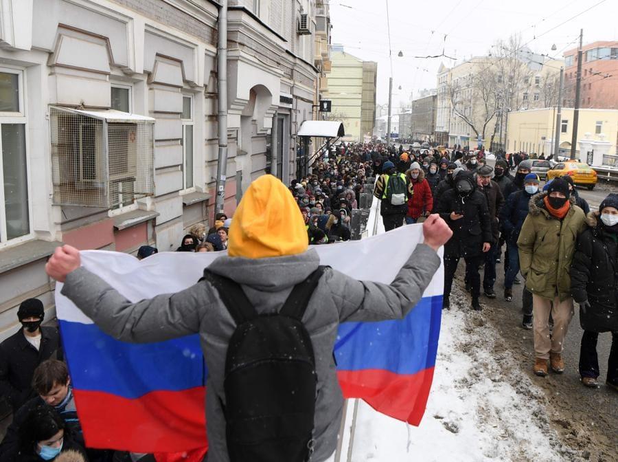 Persone camminano durante una manifestazione a sostegno del leader dell'opposizione in carcere Alexei Navalny a Mosca . (Photo by NATALIA KOLESNIKOVA / AFP)