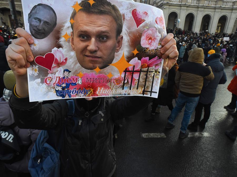Le persone si radunano a sostegno del leader dell'opposizione in carcere Alexei Navalny a San Pietroburgo.(Photo by Olga MALTSEVA / AFP)