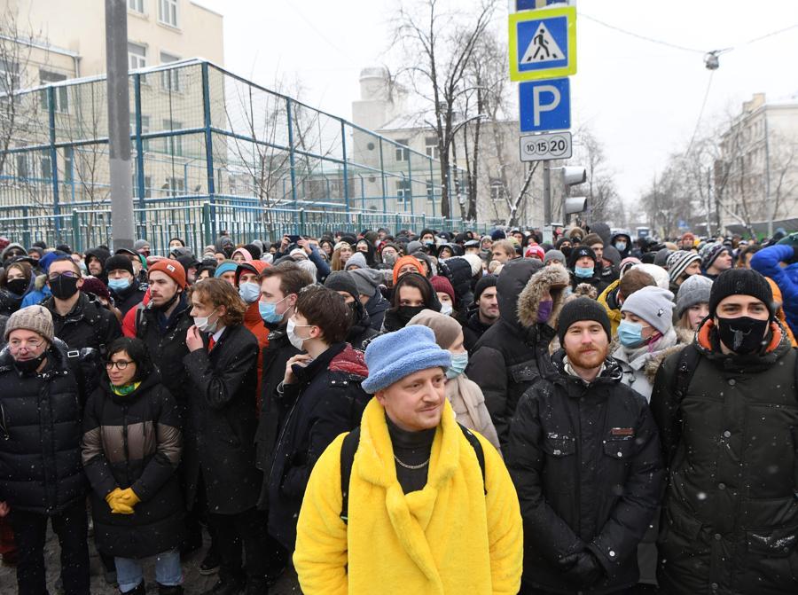 Le persone si radunano a sostegno del leader dell'opposizione in carcere Alexei Navalny a Mosca.  Navalny, 44 anni, è stato arrestato il 17 gennaio al suo ritorno a Mosca dopo cinque mesi in Germania per riprendersi da un avvelenamento quasi fatale con un agente nervino e in seguito incarcerato per 30 giorni in attesa del processo per aver violato una condanna sospesa nel 2014. (Photo by NATALIA KOLESNIKOVA / AFP)