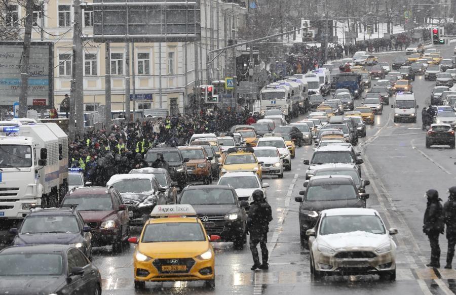 I manifestanti prendono parte a una protesta non autorizzata a sostegno del leader dell'opposizione russa Alexei Navalny, Mosca, Russia. Navalny è stato arrestato dopo il suo arrivo a Mosca dalla Germania, dove si stava riprendendo da un attacco avvelenato con un agente nervino, il 17 Gennaio 2021. Il 18 gennaio un giudice di Mosca ha stabilito che rimarrà in custodia per 30 giorni dopo l'arresto in aeroporto. Navalny ha esortato i russi a scendere in piazza per protestare. In molte città russe gli eventi di massa sono vietati a causa dell'aumento dei casi di COVID-19. (EPA/YURI KOCHETKOV)