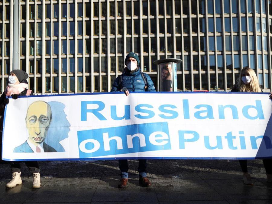"""La gente tiene uno striscione con la scritta """"Russia senza Putin"""" durante una manifestazione per chiedere il rilascio del leader dell'opposizione russa Alexei Navalny a Berlino. (REUTERS/Christian Mang)"""