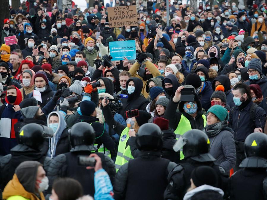 La gente partecipa a una manifestazione a sostegno del leader dell'opposizione russa in carcere Alexei Navalny a San Pietroburgo. (REUTERS/Anton Vaganov)