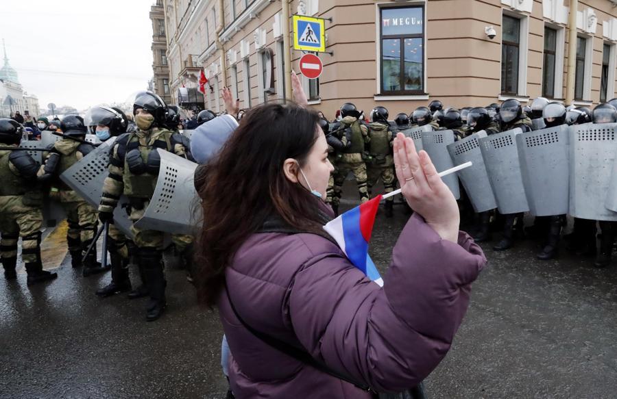 Una donna prende parte a una protesta non autorizzata a sostegno del leader dell'opposizione russa Alexei Navalny, a San Pietroburgo. Navalny è stato arrestato dopo il suo arrivo a Mosca dalla Germania, dove si stava riprendendo da un attacco avvelenato con un nervo agente, il 17 gennaio 2021. Un giudice di Mosca il 18 gennaio ha stabilito che rimarrà in custodia per 30 giorni dopo il suo arresto in aeroporto. Navalny ha esortato i russi a scendere in piazza per protestare. In molte città russe gli eventi di massa sono vietati a causa dell'aumento dei casi di COVID-19. (EPA/ANATOLY MALTSEV)