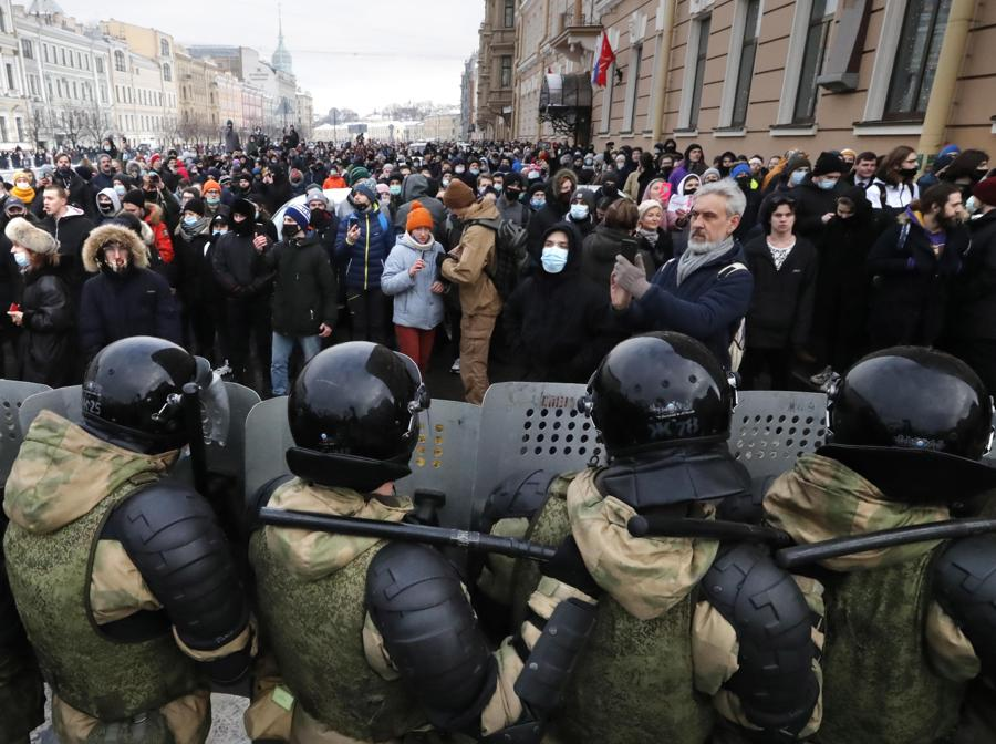 Agenti di polizia russi durante una protesta non autorizzata a sostegno del leader dell'opposizione russa Alexei Navalny, a San Pietroburgo. Navalny è stato arrestato dopo il suo arrivo a Mosca dalla Germania, dove si stava riprendendo da un avvelenamento con un agente nervino , il 17 gennaio 2021. Un giudice di Mosca il 18 gennaio ha stabilito che rimarrà in custodia per 30 giorni dopo il suo arresto in aeroporto. Navalny ha esortato i russi a scendere in piazza per protestare. In molte città russe gli eventi di massa sono vietati a causa dell'aumento dei casi di COVID-19. (EPA/ANATOLY MALTSEV)