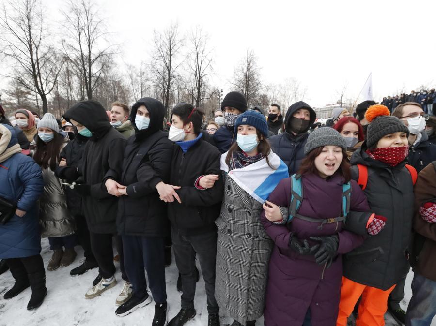 I manifestanti prendono parte a una protesta non autorizzata a sostegno del leader dell'opposizione russa Alexei Navalny, a San Pietroburgo. (EPA/ANATOLY MALTSEV)