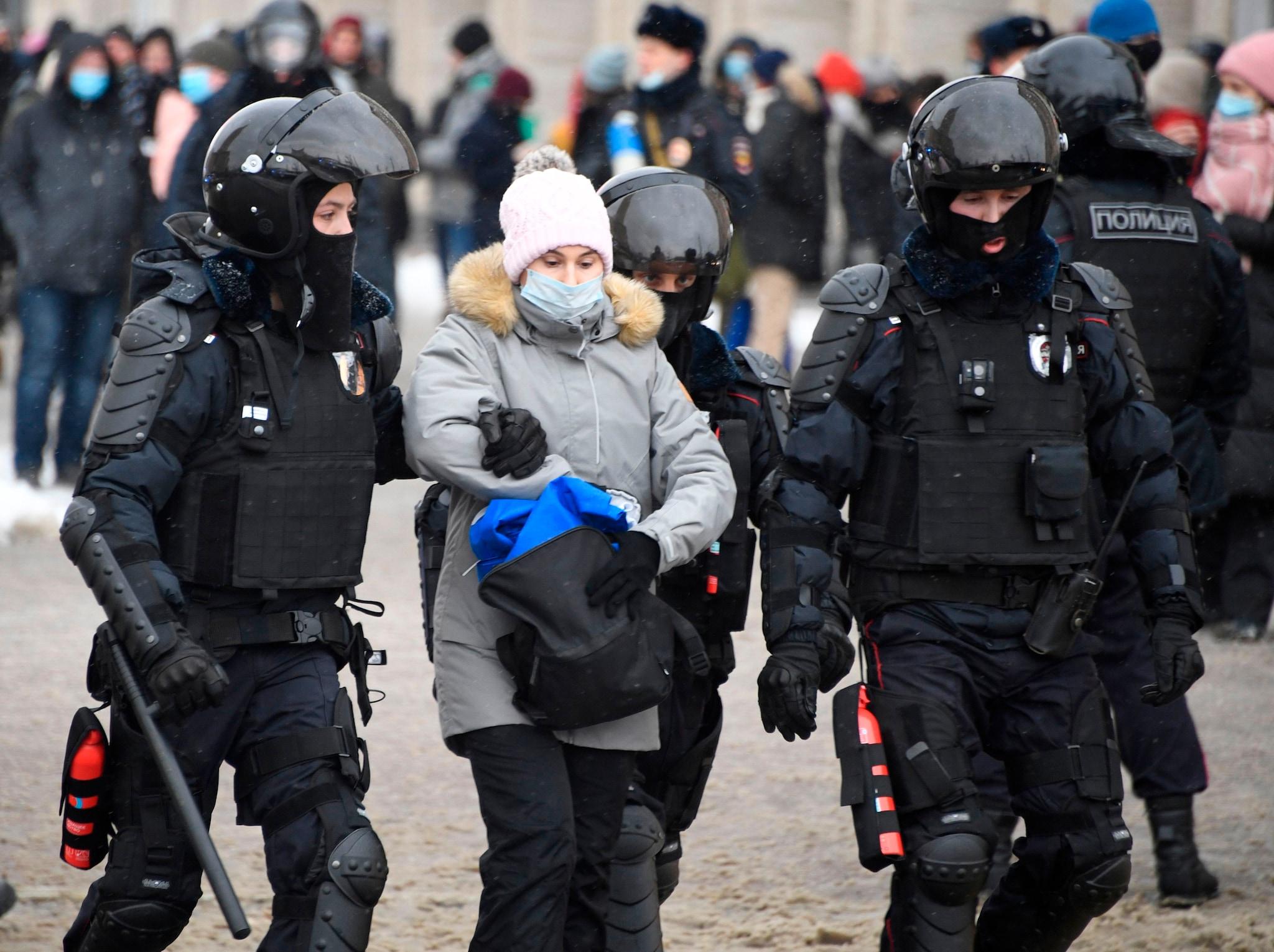La polizia trattiene una donna durante una manifestazione a sostegno del leader dell'opposizione in carcere Alexei Navalny a Mosca il 31 gennaio 2021. - Navalny, 44 anni, è stato arrestato il 17 gennaio dopo essere tornato a Mosca dopo cinque mesi in Germania per riprendersi da un avvelenamento quasi fatale con un agente nervino e successivamente imprigionato per 30 giorni in attesa del processo per aver violato una condanna sospesa che gli è stato consegnato nel 2014. (Photo by Alexander NEMENOV / AFP)