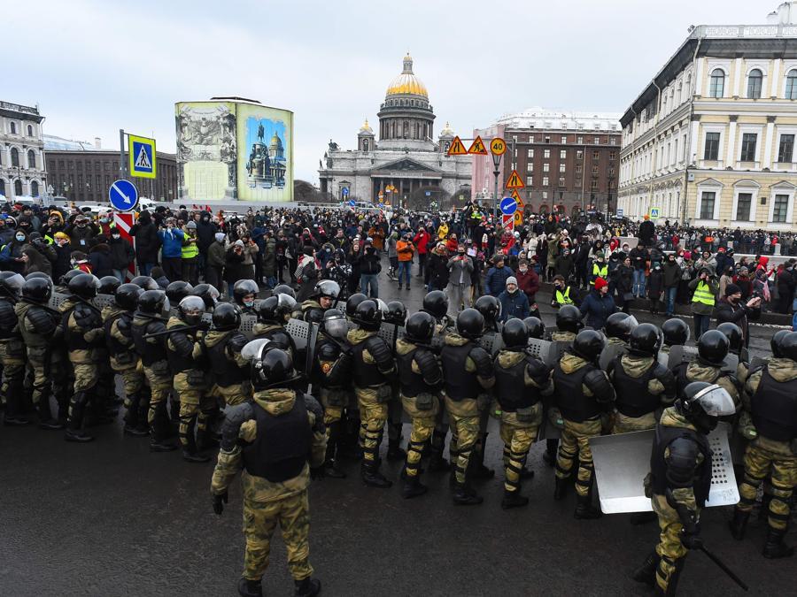 Le forze dell'ordine bloccano i manifestanti durante una manifestazione a sostegno del leader dell'opposizione in carcere Alexei Navalny a San Pietroburgo il 31 gennaio 2021. - Navalny, 44 anni, è stato arrestato il 17 gennaio dopo essere tornato a Mosca dopo cinque mesi in Germania per riprendersi da un quasi fatale avvelenato con un agente nervino e successivamente imprigionato per 30 giorni in attesa del processo per aver violato una pena sospesa che gli è stato consegnato nel 2014. (Photo by Olga MALTSEVA / AFP)