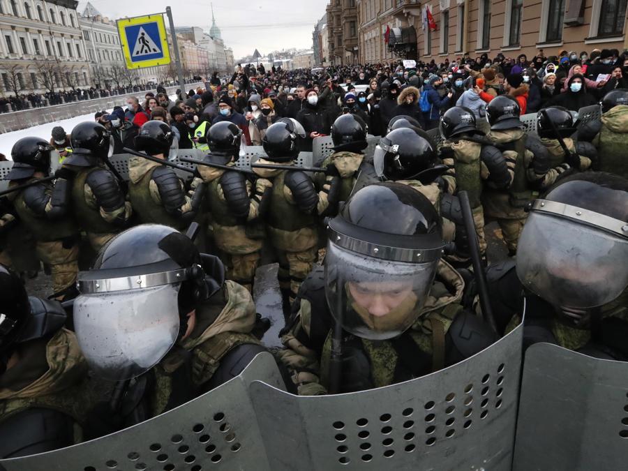 Agenti di polizia russi durante una protesta non autorizzata a sostegno del leader dell'opposizione russa Alexei Navalny, a San Pietroburgo, Russia, 31 gennaio 2021. Navalny è stato arrestato dopo il suo arrivo a Mosca dalla Germania, dove si stava riprendendo da un avvelenamento con un agente nervino , il 17 gennaio 2021. Un giudice di Mosca il 18 gennaio ha stabilito che rimarrà in custodia per 30 giorni dopo il suo arresto in aeroporto. Navalny ha esortato i russi a scendere in piazza per protestare. In molte città russe gli eventi di massa sono vietati a causa dell'aumento di COVID-19. (EPA/ANATOLY MALTSEV)
