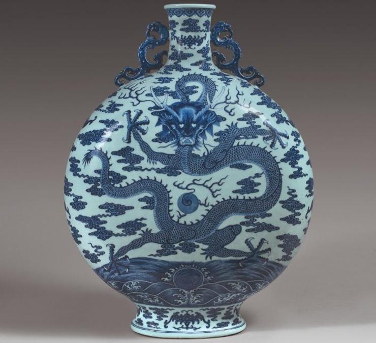"""Una fiasca """"Bianhu"""" del periodo Qianlong (1735-1796) è stata venduta per 4,937 milioni di euro, da Olivier Clair il 7 marzo a Bourges. Caratterizzata da una rara decorazione a forma di drago imperiale, proviene dalla collezione di una famiglia di imprenditori attivi nel XIX secolo ed è stata acquistata da un collezionista cinese"""