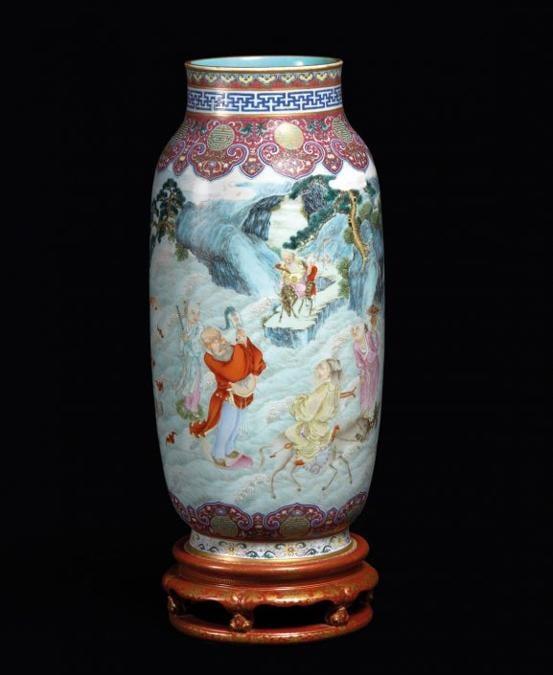 Un vaso a lanterna del periodo Qianlong (1736-1795) venduto da Auction Art Rémy Le Fur per 4,454 milioni di euro) polverizzando la sua stima, fissata tra 800.000 e 1,2 milioni di euro, il 25 settembre a Parigi. Alto cinquanta centimetri, aveva notevoli qualità artistiche, con smalti finissimi e dorature preziose. Secondo l'etichetta, il vaso fu dato alla vedova imperatrice Cixi dal ministro Chongli come regalo di compleanno
