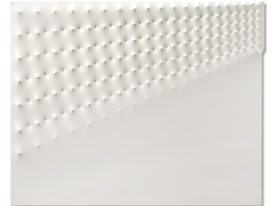 Enrico Castellani, Superficie bianca n.1, 1967, stima 180-240.000 €, venduto a 387.500 €, Courtesy Il Ponte