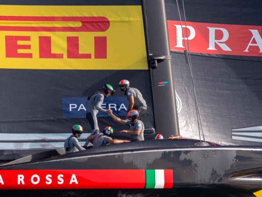 Il team Luna Rossa Prada Pirelli festeggia dopo aver vinto la finale della Prada Cup 2021 ad Auckland.(Photo by Gilles Martin-Raget / AFP)