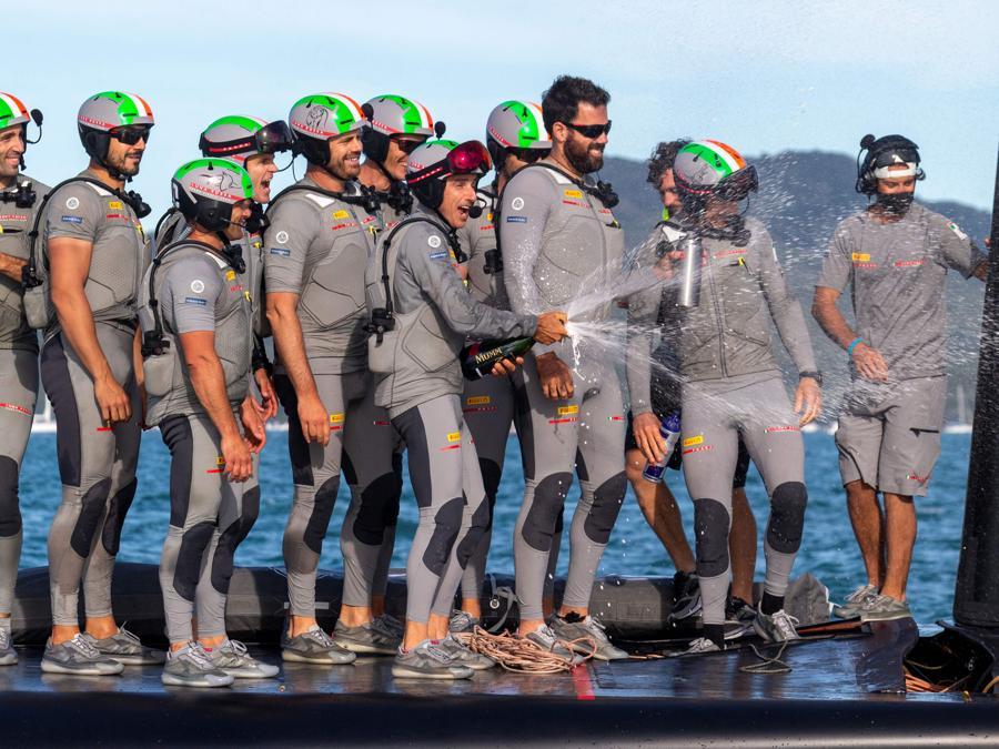 I festeggiamenti del team di Luna Rossa Prada Pirelli. (Photo by Gilles Martin-Raget / AFP)