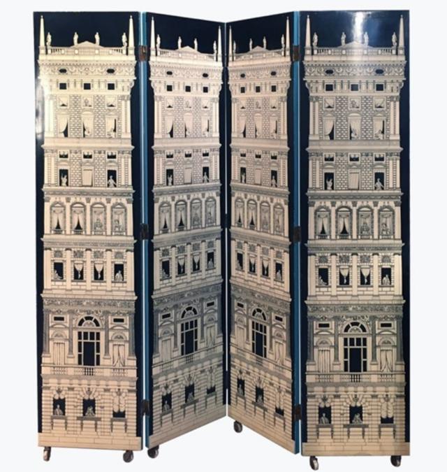 """Piero Fornasetti, paravento in legno composto da quattro pannelli, il disegno rappresenta il """"grattacielo del rinascimento"""". Il lavoro di Fornasetti è in vendita da Robertaebasta di Milano, una delle gallerie italiane che ha riscosso maggior successo"""