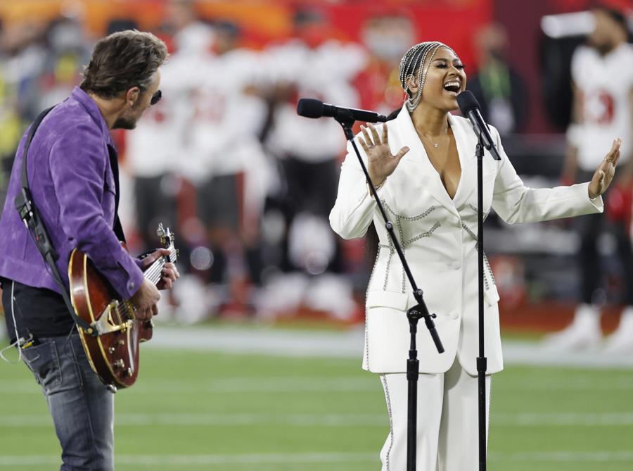 Eric Church e Jazmine Sullivan cantano l'inno americano al  Super Bowl (EPA/CJ GUNTHER)