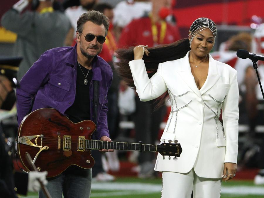 Eric Church e Jazmine Sullivan cantano l'inno americano al  Super Bowl. (Patrick Smith/Getty Images/AFP)