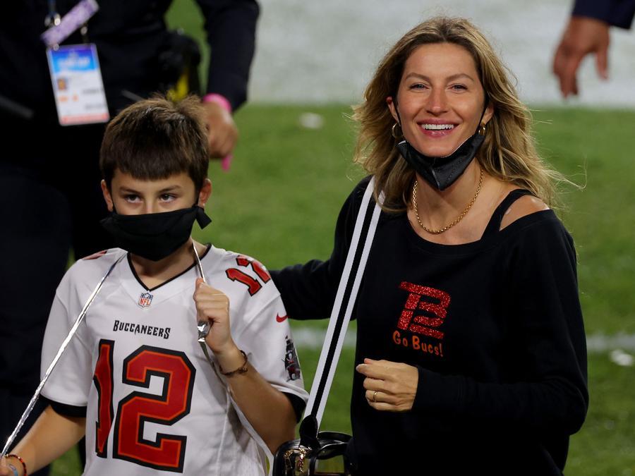Gisele Bundchen, moglie di Tom Brady, con uno dei figli al Super Bowl. (Kevin C. Cox/Getty Images/AFP)