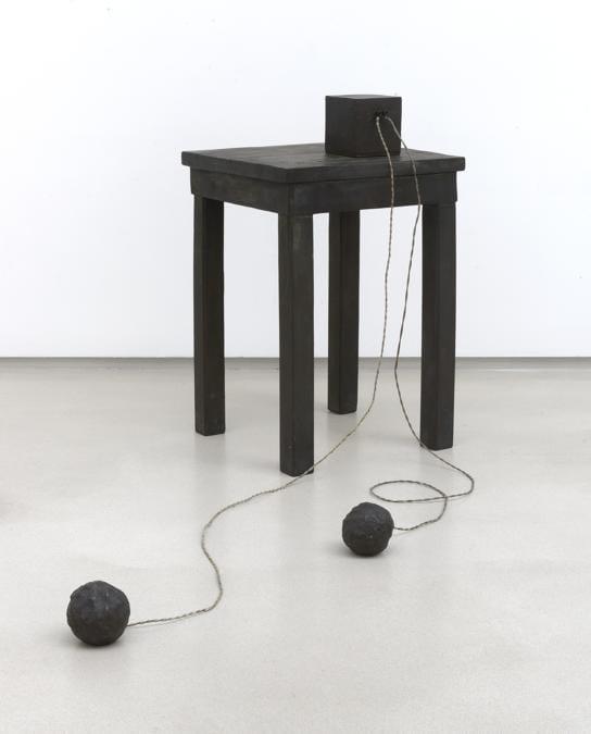 Joseph Beuys Photo: Charles Duprat Tisch mit Aggregat (Table withAggregate), 1958 - 1985. Per gentile concessione della Galerie Thaddaeus Ropac, Londra, Parigi, Salisburgo (Joseph Beuys Estate / VG-Bildkunst, Bonn, 2020)
