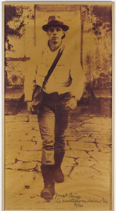 Joseph Beuys «La rivoluzione siamo Noi», 1972. Per gentile concessione della Galerie Thaddaeus Ropac, Londra, Parigi, Salisburgo (Joseph Beuys Estate / VG-Bildkunst, Bonn, 2020)