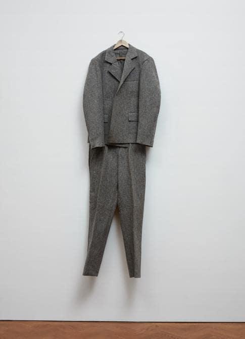 Joseph Beuys «Filzanzug» (Felt Suit), 1970. Felt. Per gentile concessione della Galerie Thaddaeus Ropac, Londra, Parigi, Salisburgo (Joseph Beuys Estate / VG-Bildkunst, Bonn, 2020)
