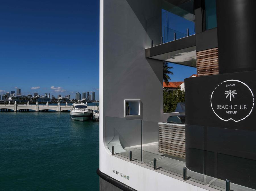 La lussuosa villa galleggiante della Arkup Livable Yacht, ormeggiata a Star Island,  Miami Beach, Florida (AFP - Photo by CHANDAN KHANNA))