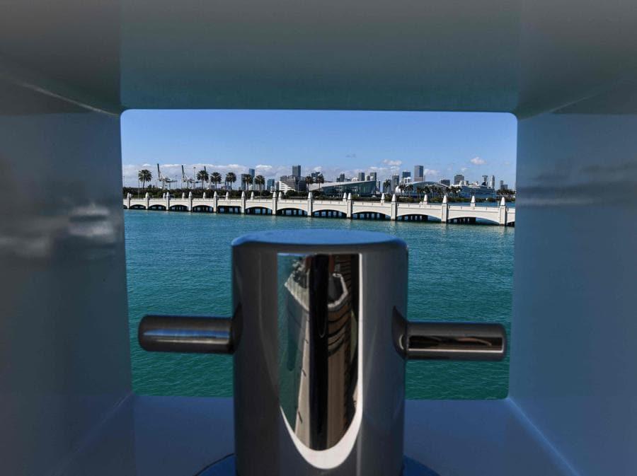 Lo skyline di Miami visto dalla villa galleggiante della Arkup Livable Yacht, ormeggiata a Star Island,  Miami Beach, Florida (AFP - Photo by CHANDAN KHANNA)