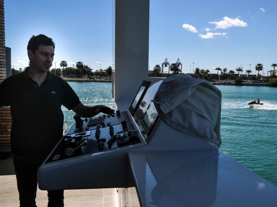 Il direttore della Arkup  Nicolas Derouin sulla villa galleggiante della Arkup Livable Yacht, ormeggiata a Star Island,  Miami Beach, Florida (AFP - Photo by CHANDAN KHANNA)