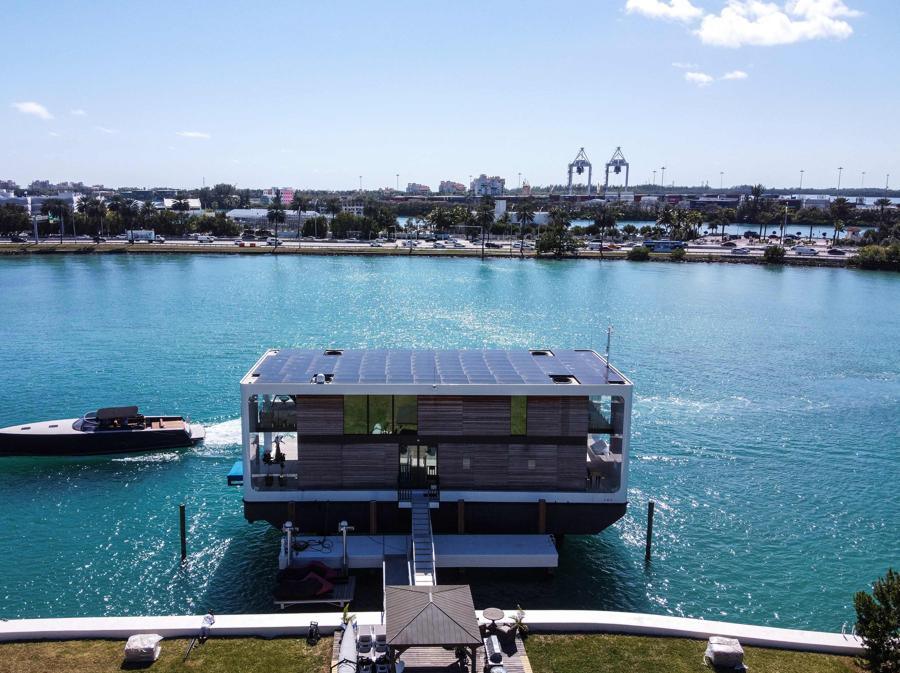 La lussuosa villa galleggiante della Arkup Livable Yacht, ormeggiata a Star Island,  Miami Beach, Florida (AFP - Photo by CHANDAN KHANNA)