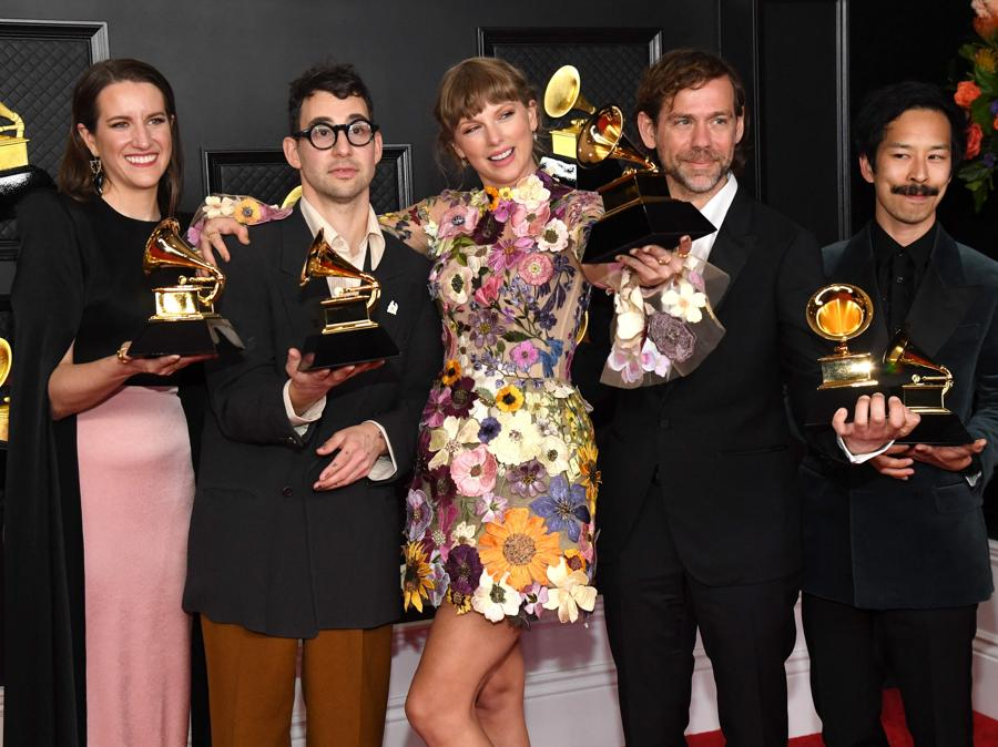 Laura Sisk, Jack Antonoff, Taylor Swift, Aaron Dessner e Jonathan Low (Photo by Kevin Mazur / The Recording Academy / AFP)