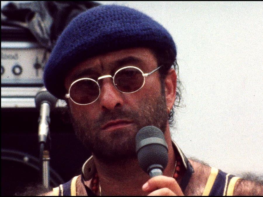 Il cantautore bolognese in una sua immagine iconica