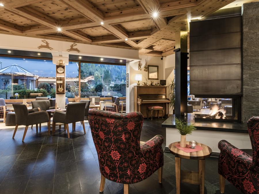 La lounge del Bad Moos: gli ambienti profumano di pino cembro, essenza predominante negli ambienti del resort
