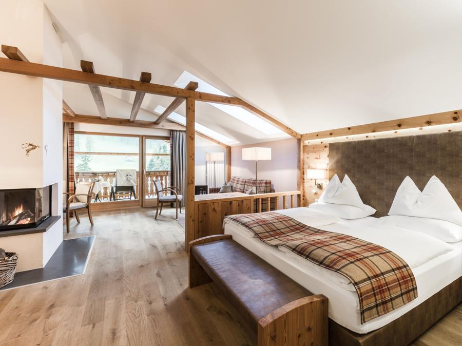 Una delle suite riarredate nel 2019, con legno e loden come tema, grandi finestre e un balcone per godersi in privato il panorama sulla natura della val Fiscalina