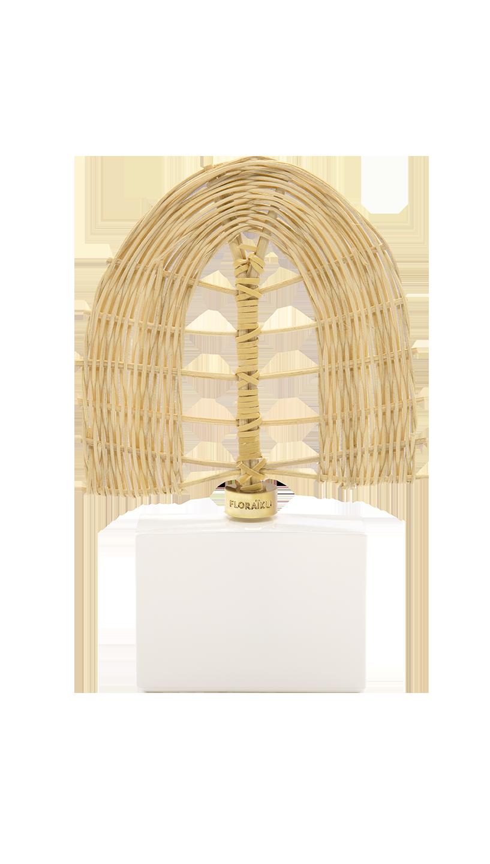 Floraiku, il diffusore al posto dei classici bastoncini, ha del vimini intrecciato a forma di ventaglio per diffondere le fragranze alla mimosa, fiore di ciliegio, tè verde, mughetto e legno affumicato