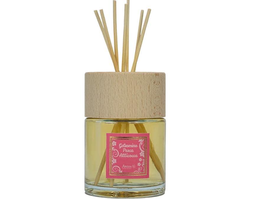 Antos Profumatore Per Ambiente Gelsomino Pesca Albicocca, una dolce fragranza dal tocco fruttato ed esotico con bastoncini in midollino di bambù. Per aumentare l'efficacia della profumazione si consiglia di capovolgere i bastoncini nel flacone ogni 15 giorni circa.