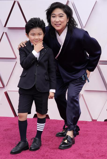 A sinistra Alan S. Kim in Thom Browne e Vicky Kim . (EPA/Chris Pizzello)