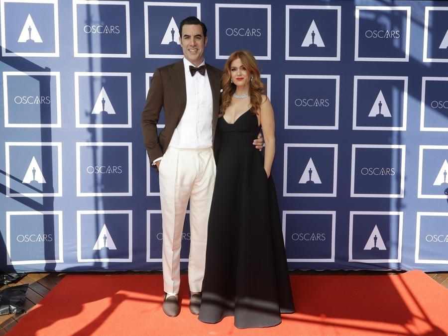 Sacha Baron Cohen e Isla Fisher in Dior. (AP Photo/Rick Rycroft, Pool)