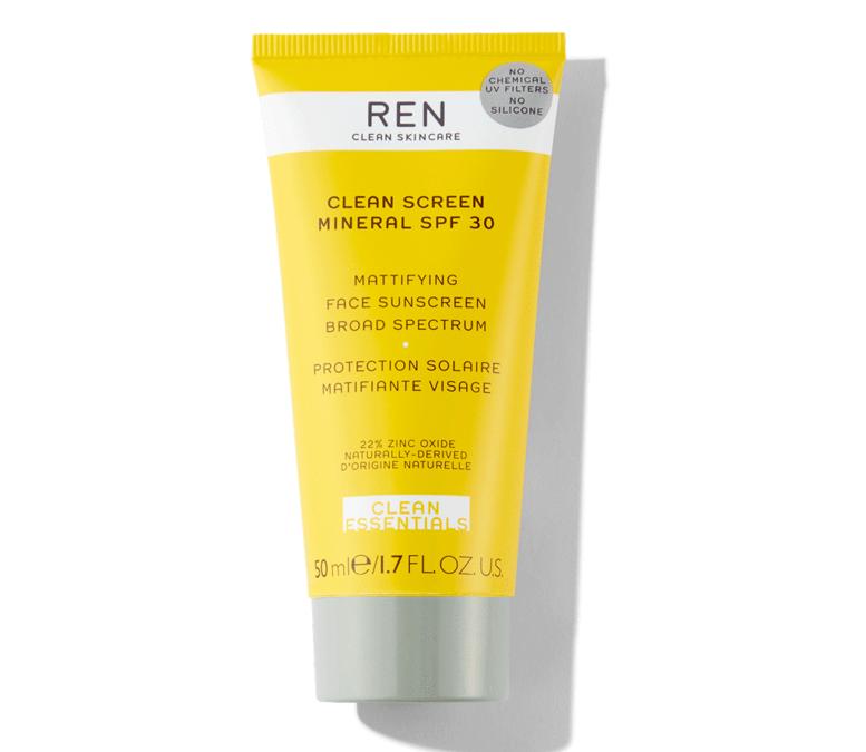 Ren firma Clean Screen Mineral SPF 30 Facial Sun Protection: non offre solo protezione dalla luce solare, ma l'emulsione formulata con il 99 per cento di attivi naturali scherma anche la luce blu (da Sephora)