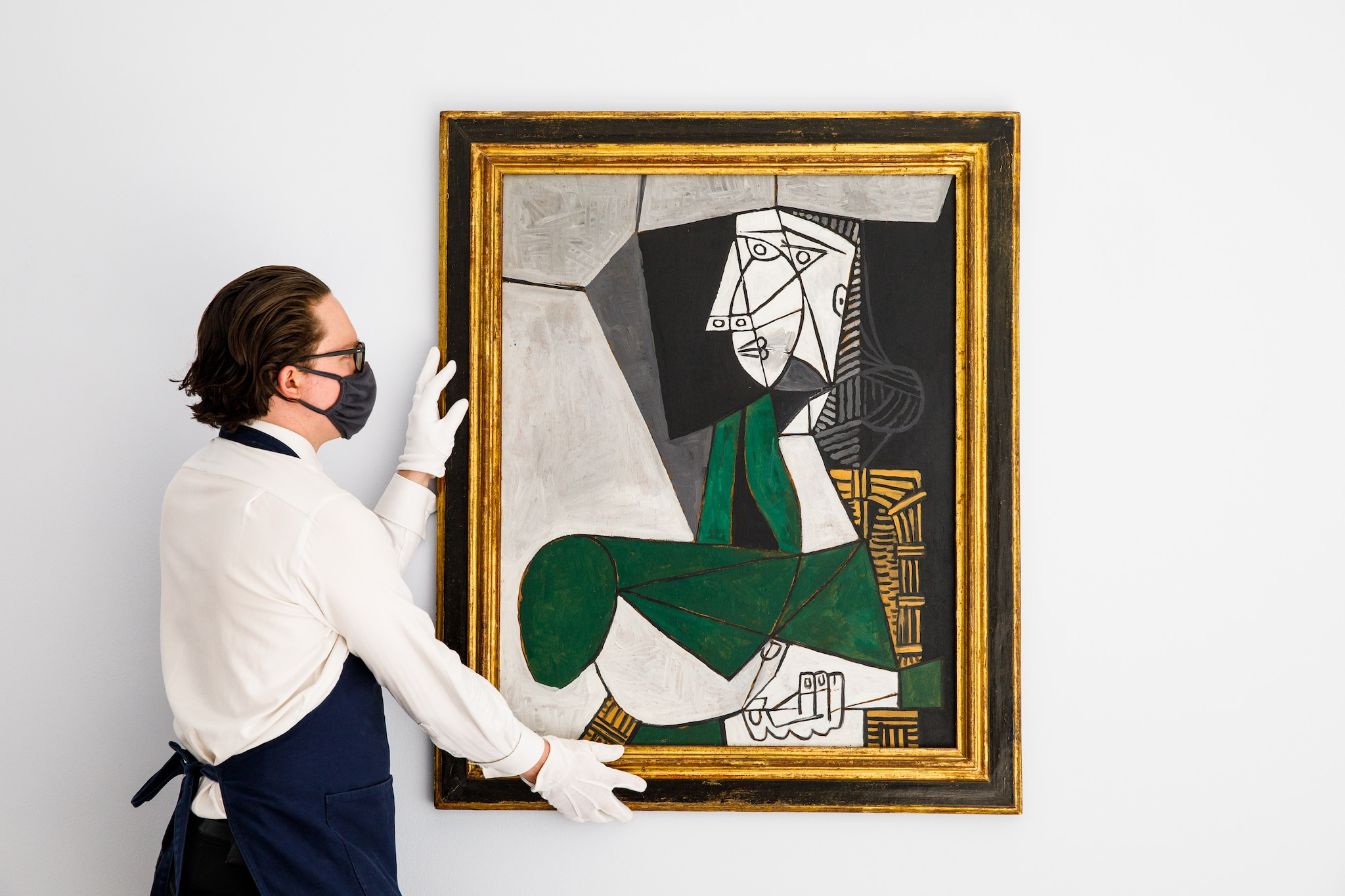 Pablo Picasso, Femme assise en costume vert, stima 14-18 milioni di dollari Courtesy Sotheby's