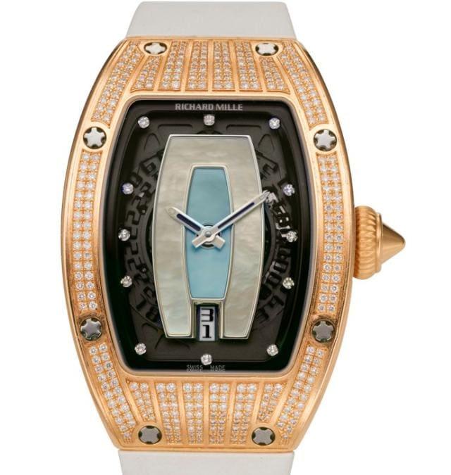 Il 23 marzo questo Richard Mille Rm007 AG PG in oro rosa 18k cpon quadrante in madreperla e diamanti è stato uno dei lotti star dell'asta Watches Online organizzata da Christie's a New York, si è chiusa raccogliendo ben 2,3 milioni di dollari, con il 96% dei 168 lotti all'incanto venduti a collezionisti provenienti da circa 40 Paesi, il 42% dei quali ha partecipato per la prima volta a un'asta