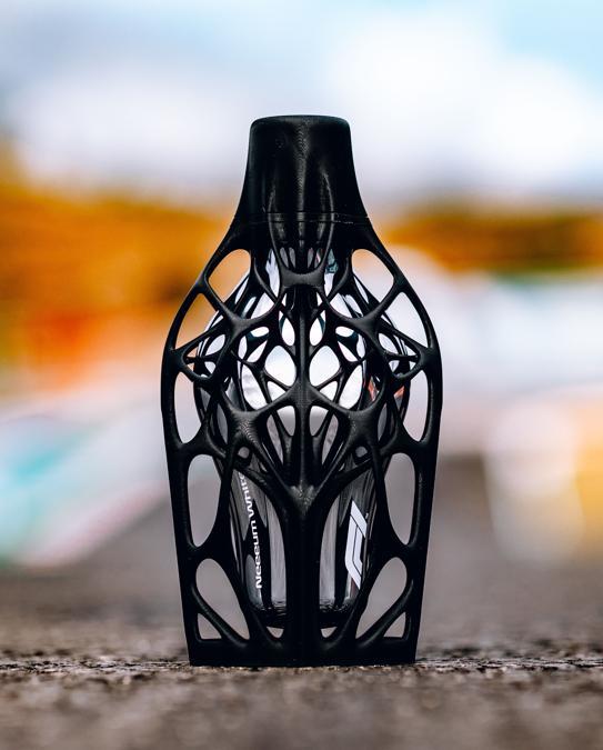 Neeeum White, F1 Fragrances Engineered Collection, è una delle cinque fragranze unisex capaci di catturare il brivido della Formula 1, con un flacone incapsulato in un innovativo esoscheletro stampato in 3D. Una fragranza fresca e decisa che mette in contrasto il pepe nero con la freschezza del ginepro.