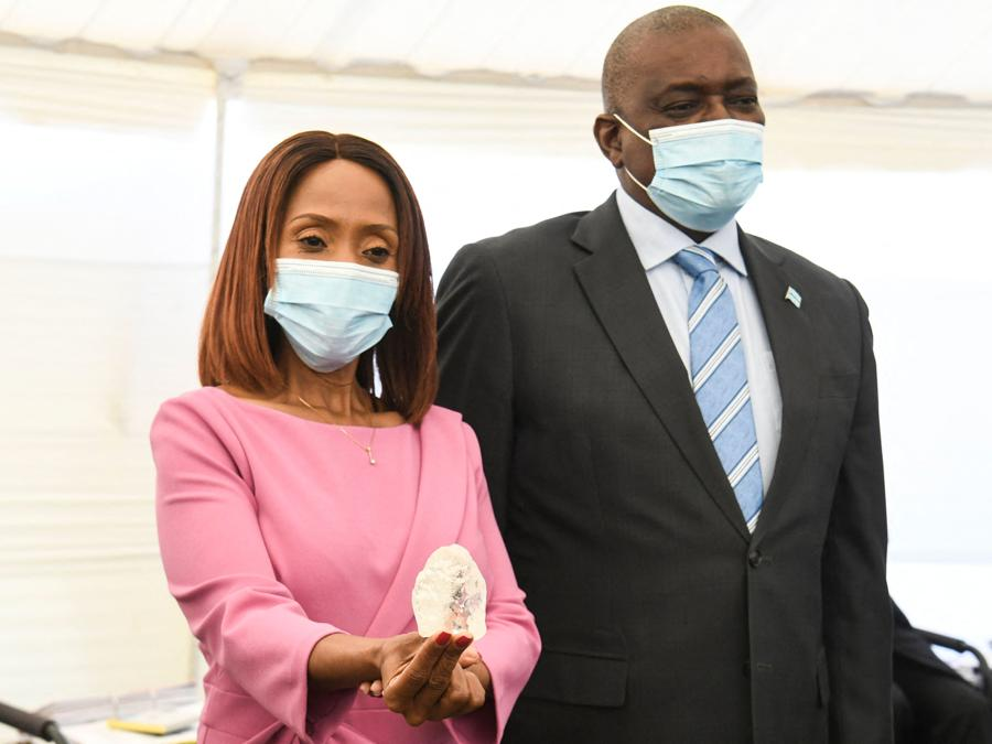 Botswana, la  First Lady Neo Masisi insieme al  Presidente Mokgweetsi Masisi (Photo by Monirul Bhuiyan / AFP)