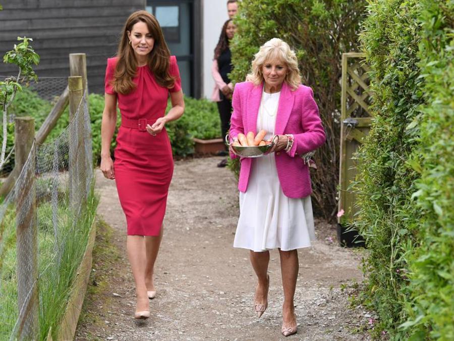 Kate Middleton in Alexander McQueen, uno dei  suoi marchi preferiti, con Jill Biden: la First Lady ha scelto un blazer L'Agence e scarpe Valentino