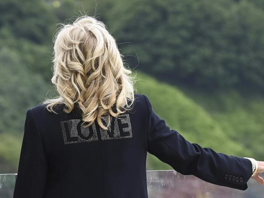 """Jill Biden ha indossato un blazer di Zagid & Voltaire con scritto sulla schiena """"Love"""": «Stiamo portando amore dall'America - ha detto -. Questa è una conferenza globale, stiamo provando a portare unità nel pianeta. E credo che ce ne sia bisogno proprio ora, che le persone sentano un senso di unità in tutte le nazioni e un senso di speranza dopo quest'anno di pandemia»"""