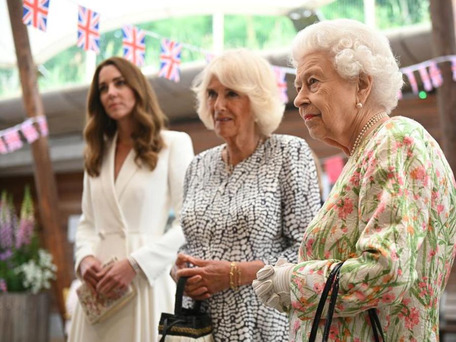 Kate Middleton in Alexander McQueen, Camilla Parker Bowles e la regina Elisabetta II