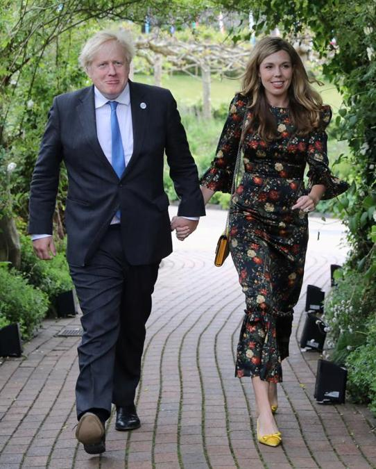 Boris Johnson e Carrie Symonds: la moglie del premier britannico qui ha scelto di indossare un abito The Vampire's Wife, sempre a noleggio, scarpe Prada e borsa Gucci