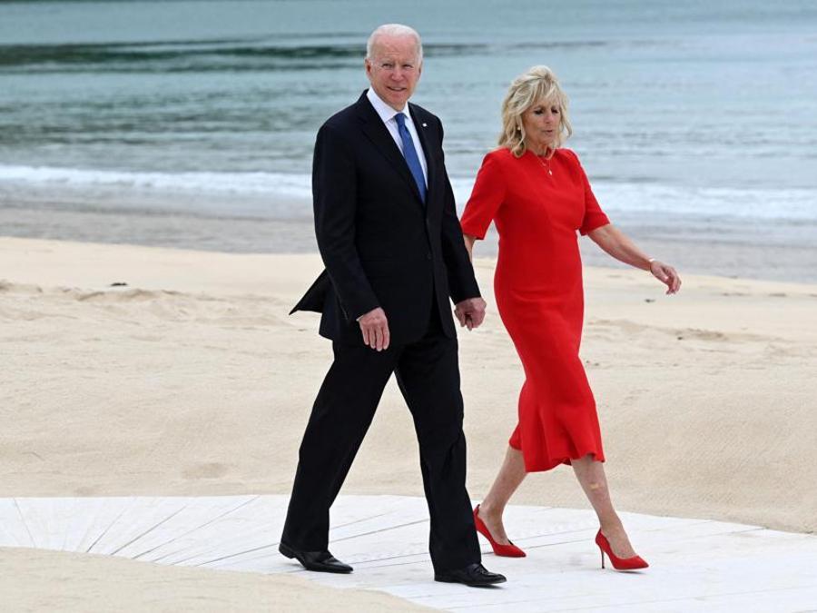 Joe e Jill Biden, qui con un abito dello stilista statunitense Brandon Maxwell, già indossato in altre occasioni