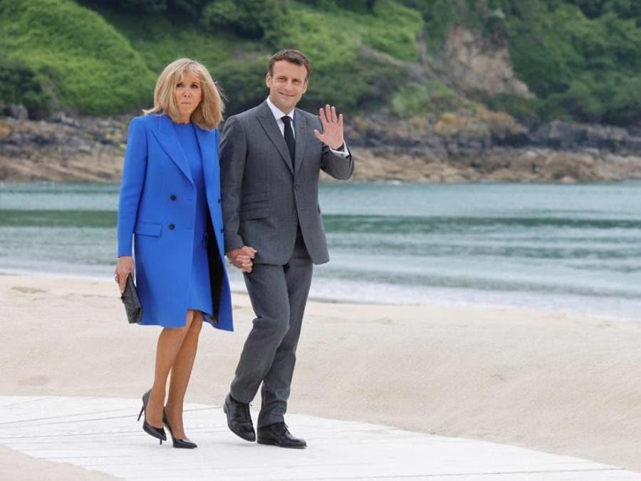 Brigitte ed Emmanuel Macron: per la premiere dame un abito blu che ricorda uno dei colori nazionali della Francia